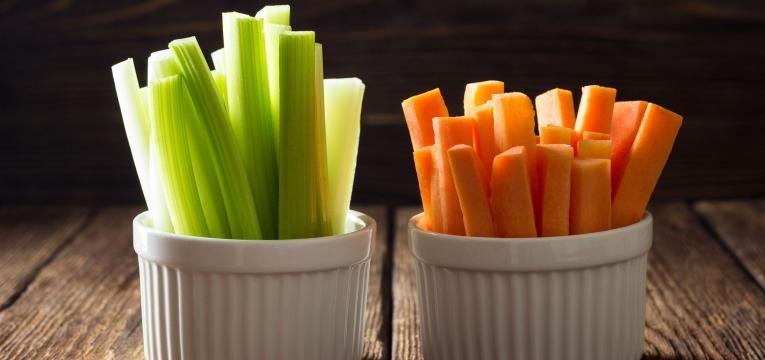 fome antes de jantar palitos de cenoura e pepino