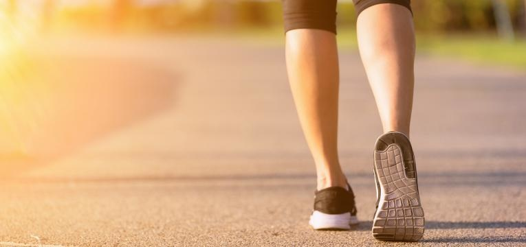 caminhadas em pista de asfalto