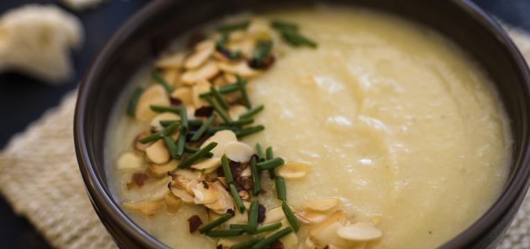 Receitas aconchegantes para dias frios Creme de couve-flor e amendoas