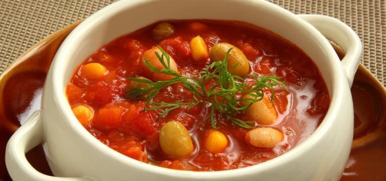 Receitas aconchegantes para dias frios Sopa de tomate com feijao branco e nabicas