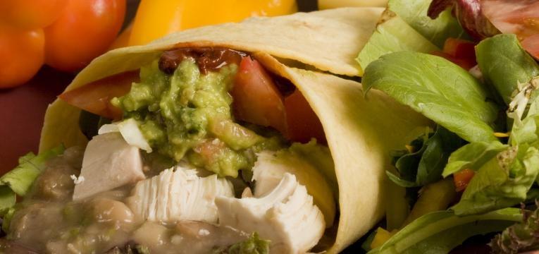 Burritos caseiros com frango e guacamole