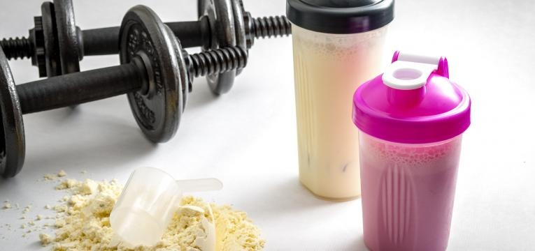 suplementos de proteina vs alimentos proteicos halteres e shakeres