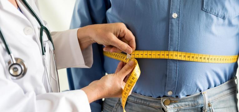 como manter o foco para perder peso em 2019 homem com obesidade