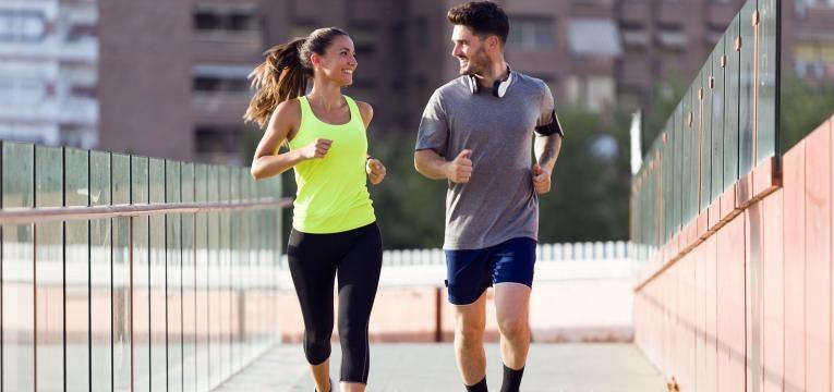 alimentacao equilibrada casal a correr