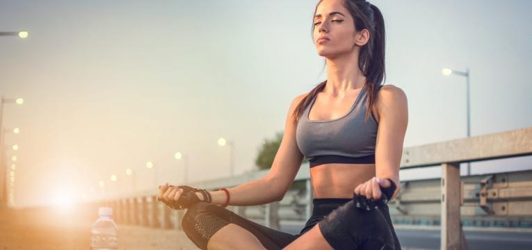 estrategias mentais para potenciar o treino desportista a meditar