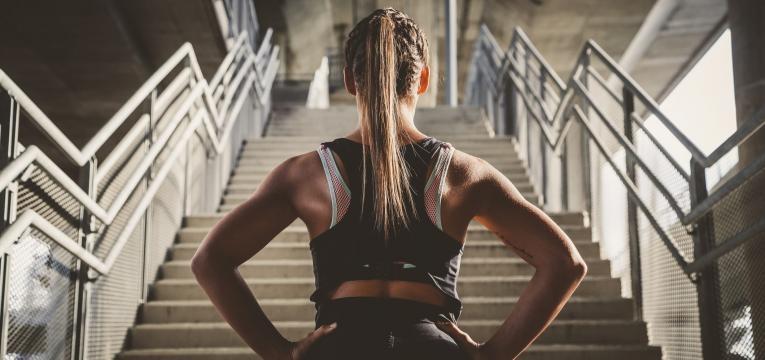 estrategias mentais para potenciar o treino desportista a subir escadas