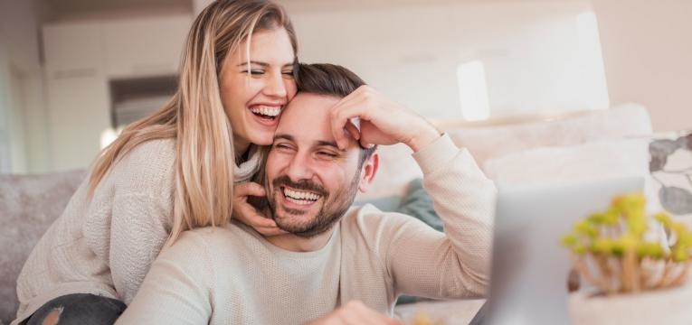 relacao a distancia casal feliz
