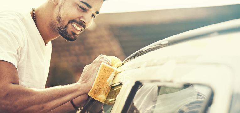 ajuda nas lides de casa homem a lavar o carro
