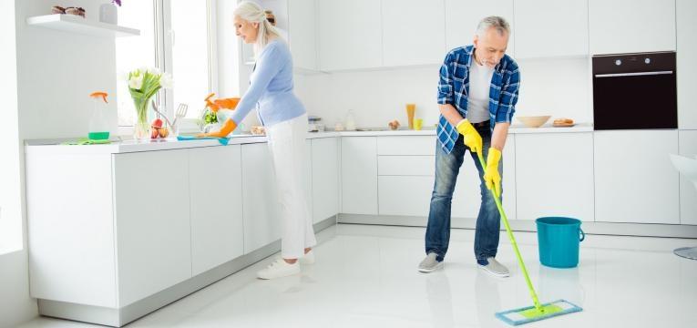 ajuda nas lides de casa casal a limpar a casa