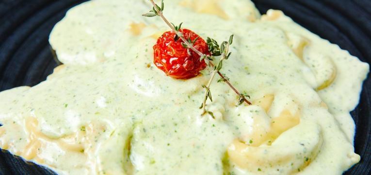 Ravioli de queijo Ravioli de ricota com molho de queijo