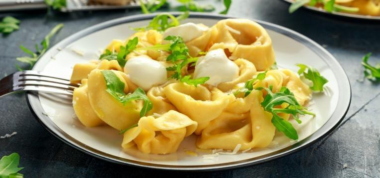 Massa fresca para tortellini com recheio de presunto, parmesao e manjericao
