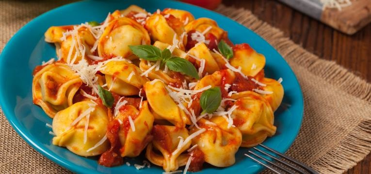 Tortellini de ricota e espinafres com molho de tomates