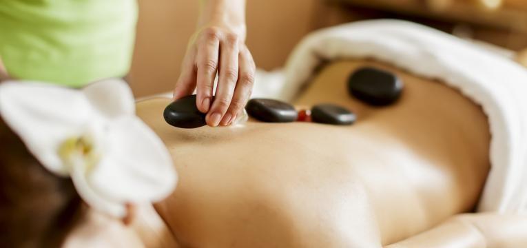dia dos namorados massagem com pedras quentes