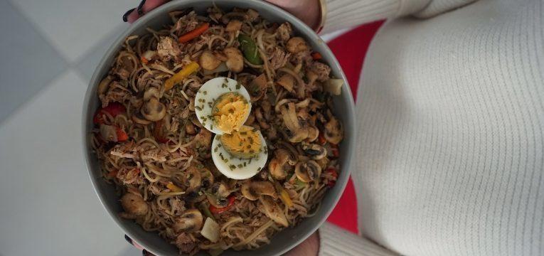 noodles de atum com legumes
