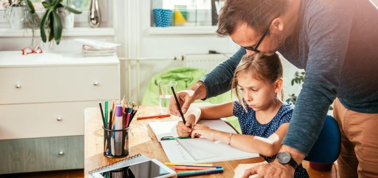 ajudar o filho a estudar pai a ajudar filha a estudar