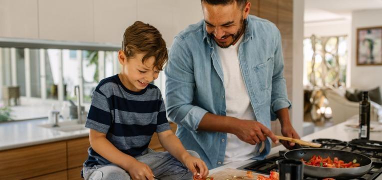 Incentivar as criancas a cozinhar pai e filho a cozinhar