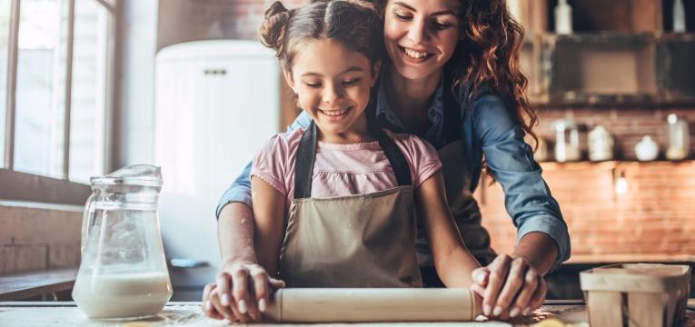 Incentivar as criancas a cozinhar mae e filha a cozinhar