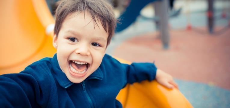 Medicacao para hiperatividade crianca feliz a brincar