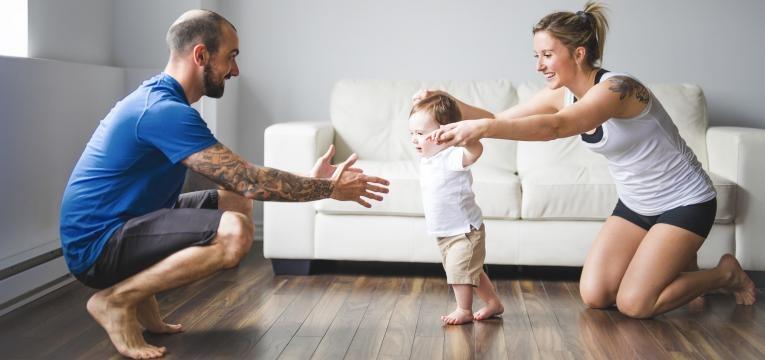 parentalidade com apego pais a ensinarem bebe a andar