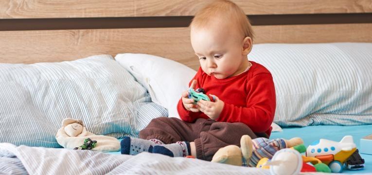 como estimular um bebe de 8 meses bebe a mexer nos brinquedos