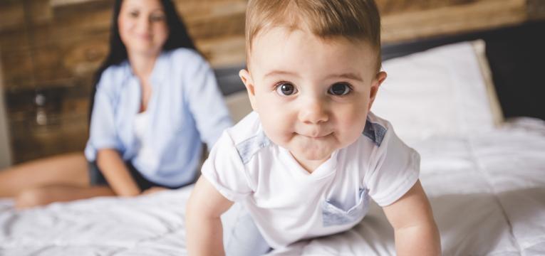 como estimular um bebe de 8 meses bebe a tentar gatinhar