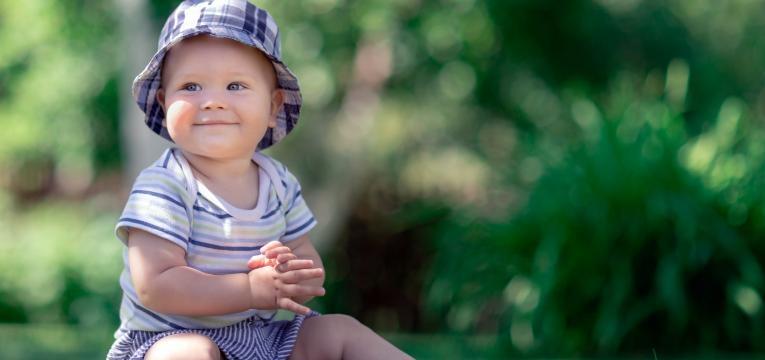 como estimular um bebe de 1 ano bebe a bater palmas