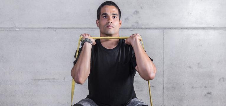 Exercicios com banda elastica para fazer em casa Agachamento + press com banda elastica