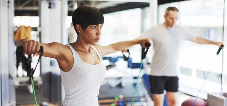 Exercicios com banda elastica para fazer em casa Abdcoes de bracos com banda elastica