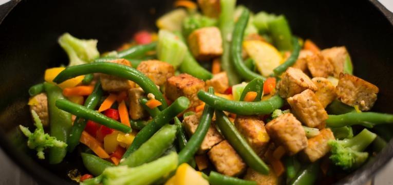 Receitas com tempeh gratinado com batatas-doces e brocolos