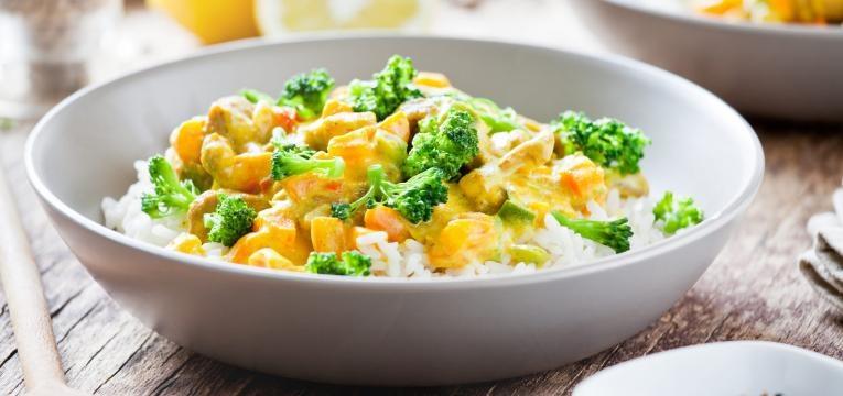 Caril vegetariano com vegetais diferentes