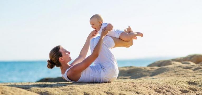 exercicio fisico pos-cesariana mae e bebe na praia