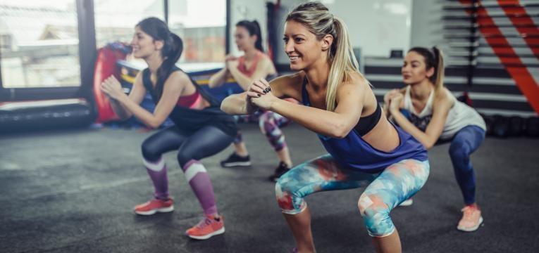 exercicio fisico pos-cesariana aula com agachamento