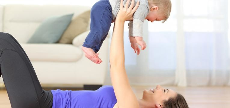 exercicio fisico pos-cesariana mae com bebe a brincar