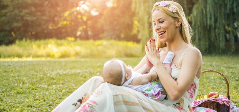 parentalidade com apego mae e bebe no jardim