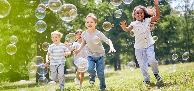idade dos porques criancas a brincar no jardim