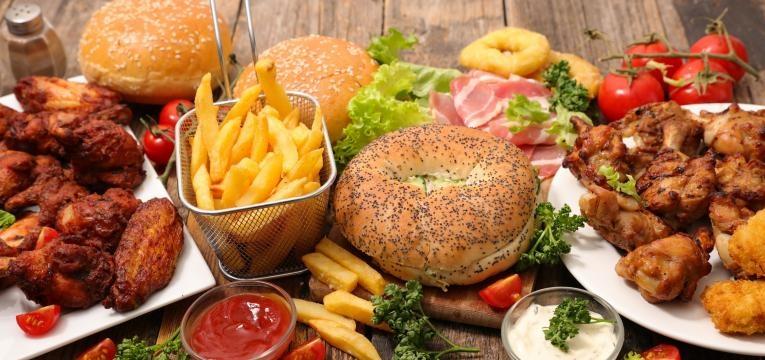 habitos noturnos que fazem engordar muita comida