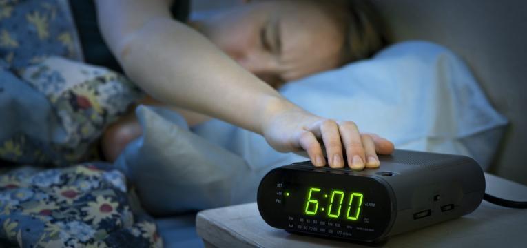 habitos noturnos que fazem engordar dormir muito tarde