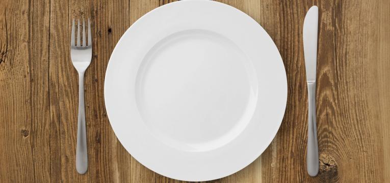 habitos noturnos que fazem engordar prato vazio
