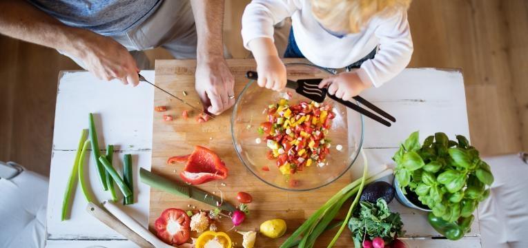 neofobia alimentar pai e filho a cozinhar