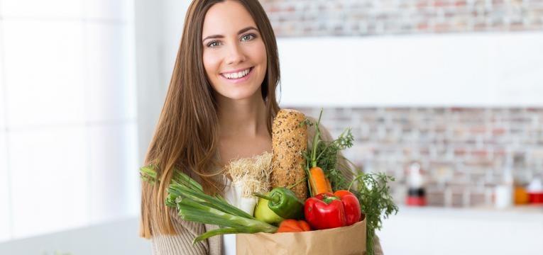 conselhos para seguir uma boa dieta para perder peso mulher com alimentos saudavels