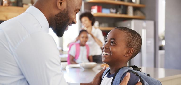 perguntar ao seu filho como correu o dia pai e filho felizes