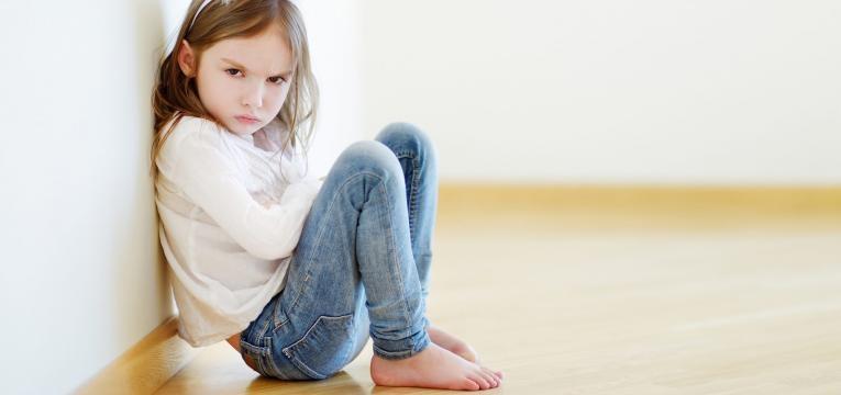 ajudar a crianca a autocontrolar-se menina chateada
