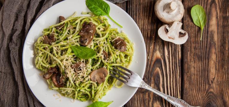 Pratos de massa Massa sem gluten com espinafres e cogumelos