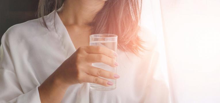 pele seca mulher a beber bastante agua