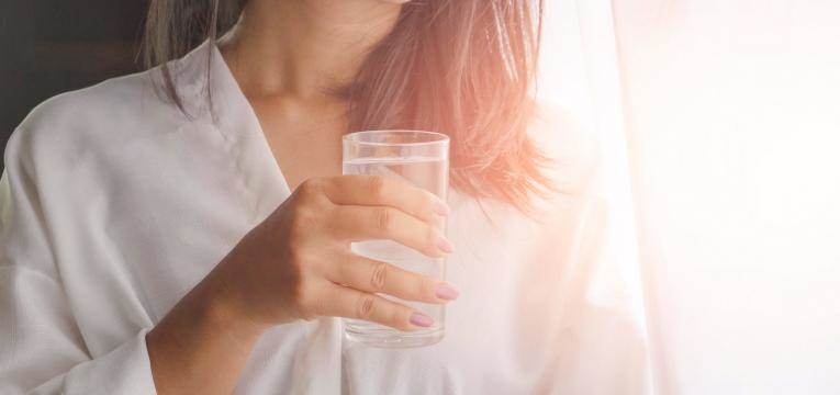 disfarcar olheiras beber agua