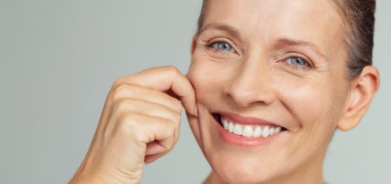 exercicios para tonificar o rosto mulher a esticar pele