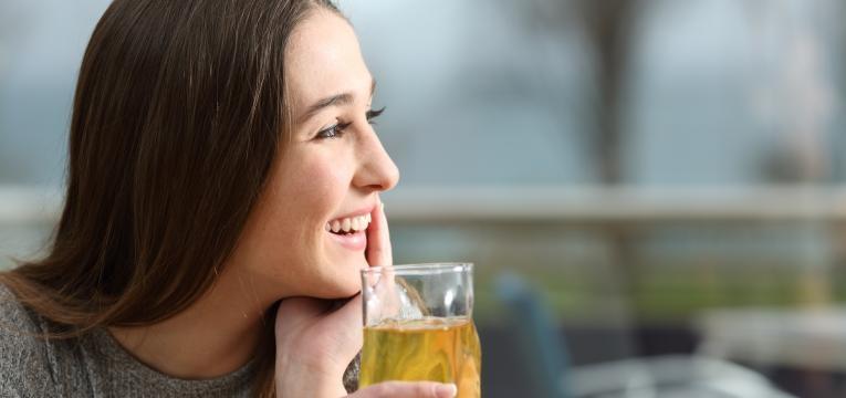 mulher a beber cerveja