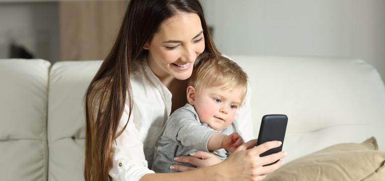 tablets e smartphones para criancas mae e bebe com telefone