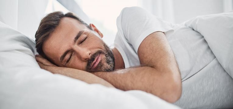 fadiga cronica homem a dormir