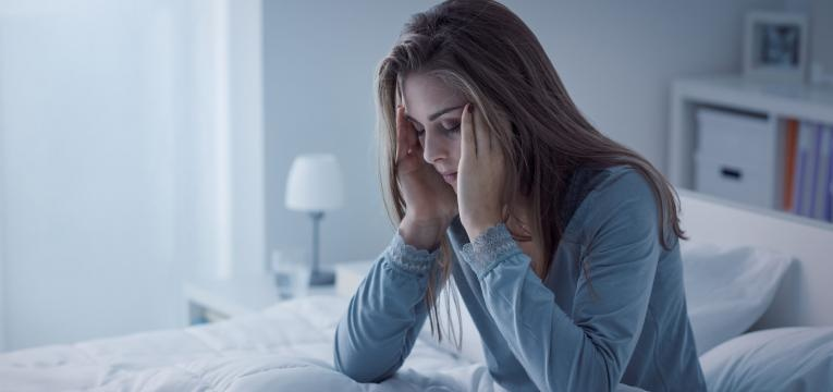 paralisia do sono mulher com maos na cabeca